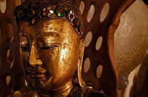 bouddha dore incruste pierres