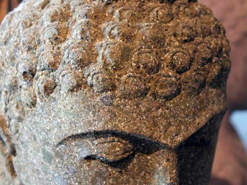 tete-boudha-pierre-sculptee